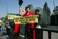 Protesta de integrantes de Greenpeace frente a Los Pinos