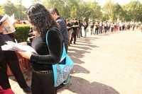 En el gobierno de Felipe Calderón la desocupación laboral creció y el peso se devaluó 40 por ciento. La gráfica corresponde a una feria del empleo en junio pasado