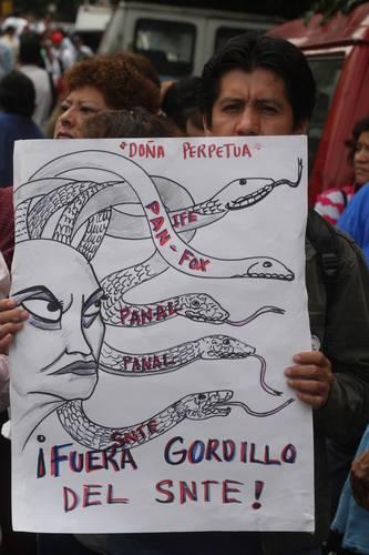 Elba Esther Gordillo es una de las firmantes del acuerdo por la educación y quien enfrenta severas críticas de los profesores disidentes. En la imagen, una manifestación contra la líder del SNTE