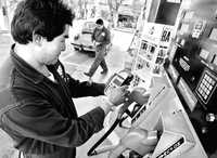 Por decisión de Hacienda, ayer se aplicó el último incremento del año en los precios de las gasolinas Magna y Premium, y el diesel. La imagen, en una gasolinera de la colonia Roma