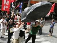Manifestantes filipinos protestan contra Bush e Israel frente a la embajada estadunidense en Manila