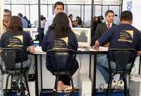 Jóvenes universitarios en busca de trabajo. La imagen corresponde a una feria del empleo organizada por la UNAM