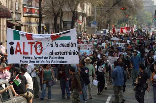 Cientos de personas marcharon del Hemiciclo a Juárez hacia la embajada estadunidense, ubicada en Paseo de la Reforma, en apoyo al pueblo palestino