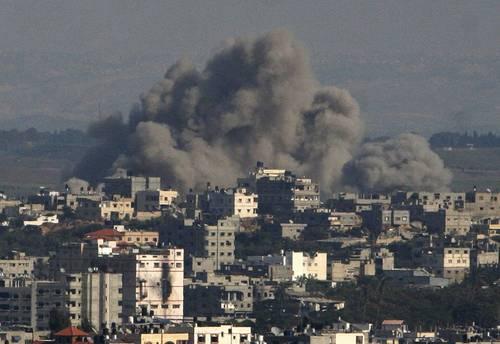 Aspecto de un sector bombardeado ayer en la ciudad de Gaza, desde el centro de operaciones militares de Israel en la urbe palestina