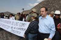 El director del INAH, Alfonso de Maria y Campos, a la derecha, ayer, durante el recorrido efectuado por diputados federales en Teotihuacán, que se desarrolló en medio de protestas contra el proyecto de luz y sonido en la zona prehispánica. El funcionario fungió de guía y defendió el montaje de Resplandor teotihuacano