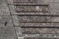 Vista parcial de la Pirámide de la Luna, donde se observan las estructuras metálicas que fueron instaladas mediante la perforación de las rocas prehispánicas