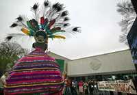 Aspecto de la protesta contra el proyecto Resplandor teotihuacano, efectuada ayer en el Museo Nacional de Antropología