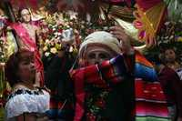 FIESTA EN CHIAPA DE CORZO. Habitantes de Chiapa de Corzo, Chiapas, continúan con la fiesta que empezó el día 8 de este mes y culmina el próximo 23. Ayer desfilaron los Parachicos, quienes, con máscaras talladas en madera, representan a los españoles conquistadores y veneran a San Sebastián Mártir. Al terminar el día, baila el patrón parachico en el panteón municipal frente a la tumba de su antecesor