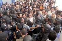 Acusan a líder sindical de desviar fondos. La policía metropolitana de Puebla evitó que profesores afiliados al Sindicato Estatal de Trabajadores se lanzaran contra la dirigente, Jovita Pérez López, a quien acusan de desviar 12 millones de pesos y querer perpetuarse en el cargo