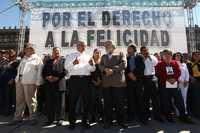Andrés Manuel López Obrador y Alejandro Encinas Rodríguez, acompañados por Porfirio Muñoz Ledo, Alejandra Barrales y Alberto Anaya, entre otros asistentes a la asamblea del Zócalo