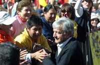 """EN DEFENSA DE LA ECONOMÍA POPULAR. Andrés Manuel López Obrador saluda a los asistentes a la asamblea informativa que se llevó a cabo en el Zócalo de la ciudad de México, donde señaló: """"todo apunta, desgraciadamente, a que la situación en general va a empeorar. La crisis de Estados Unidos nos afectará más de la cuenta por la debilidad de nuestra economía"""""""