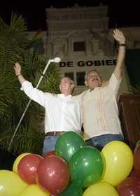 El líder cívico Branko Marinkovic y el gobernador de Santa Cruz, Rubén Costas (a la derecha), celebran la victoria del no a la nueva Carga Magna en las provincias opositoras de la Media Luna