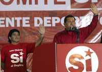 MARADONA CON CHÁVEZ. Diego Armando Maradona, director técnico de la selección de futbol de Argentina, durante un acto en Caracas, encabezado por el presidente Hugo Chávez, en favor del sí en el referendo constitucional para la relección continua en Venezuela