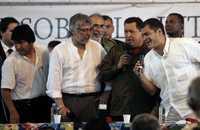 El presidente de Venezuela, Hugo Chávez, junto al de Ecuador, Rafael Correa, cantan micrófono en mano al lado del mandatario de Paraguay, Fernando Lugo, y al de Bolivia, Evo Morales, en el auditorio de la Universidad Pública de Pará, durante el octavo Foro Social Mundial