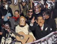 La protesta de ayer en Marsella contra las medidas del gobierno francés para enfrentar la crisis económica fue encabezada por dos manifestantes disfrazados del presidente Nicolas Sarkozy y su esposa Carla Bruni
