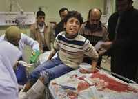 Un menor palestino recibe atención médica en un hospital de Jan Yunes tras ser herido por un misil del ejército israelí