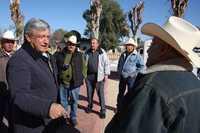 """El """"presidente legítimo"""", Andrés Manuel López Obrador, platica con habitantes de Bavispe, Sonora"""
