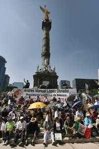 ASAMBLEA RUMBO A LOS COMICIOS. Miembros del grupo Flor y Canto abordaron ayer el tema de las elecciones en una asamblea ciudadana que se efectuó frente al Ángel de la Independencia