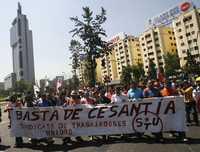 Trabajadores marcharon ayer en Santiago de Chile, en protesta por la crisis económica global que provoca despidos y el desempleo