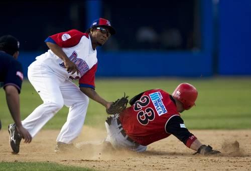 Erick Aybar, de los Tigres de Licey, logró sacar en segunda base a Jesús Feliciano, de los Leones
