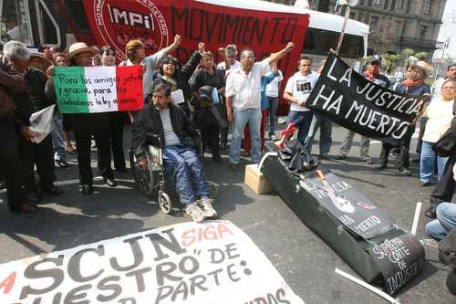 Protesta de integrantes del Frente de Pueblos en Defensa de la Tierra, al término de la sesión de la Corte