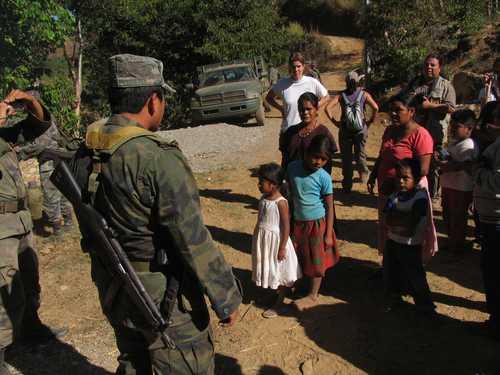 El pasado 6 de febrero en Barranca de Guadalupe, municipio de Ayutla de los Libres, Amnistía Internacional visitó la región mixteca-tlapaneca de Guerrero, ubicada en la zona de Costa Chica-Montaña. En la imagen, indígenas discuten con los soldados en uno de los varios retenes instalados en esa zona