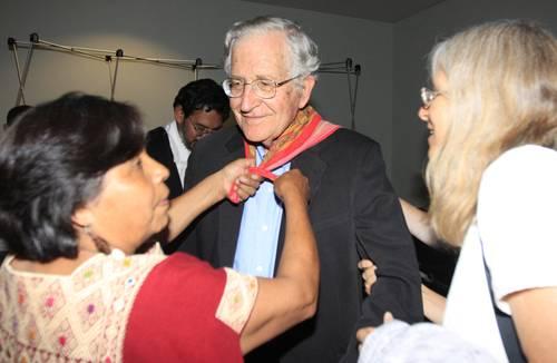Trinidad Ramírez, esposa del encarcelado líder atenquense Ignacio del Valle, entregó a Chomsky el paliacate y el machete que simbolizan la lucha del Frente de Pueblos en Defensa de la Tierra, en señal de agradecimiento. Foto María Luisa Severiano