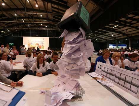 Apertura de las cajas con los votos del referendo que ayer se realizó en Escocia sobre la posibilidad de independizarse de Gran Bretaña. Foto Ap