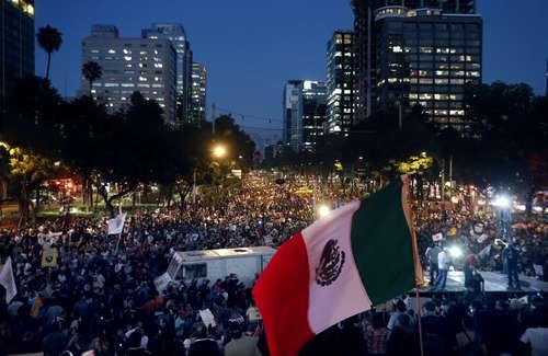 La Jornada: Peña, tú no eres Ayotzinapa, claman en multitudinaria marcha