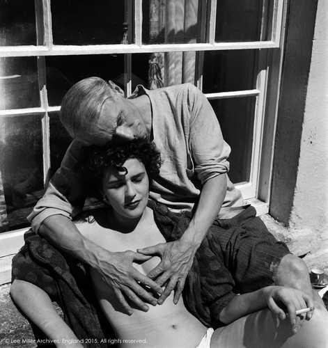 Fotografía: Lee Miller, 1938 Leonora está bajo una ventana, sentada y desnuda, posa despreocupada al sol, sus ojos se cierran por la intensa luz. Max la abraza por la espalda, sus fuertes y grandes manos cubren sus senos pequeños, ella fuma, él mira sin rumbo, al infinito.