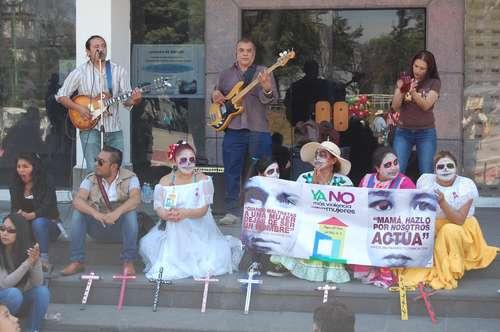 Grupos de manifestantes se congregaron ayer en la explanada principal de Ecatepec, estado de México, para realizar una representación artística en memoria de las víctimas de feminicidioFoto Mario Antonio Núñez López