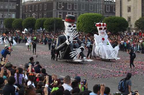 La jornada m s de un mill n de vivos aplauden el desfile for Noticias del espectaculo mexicano del dia de hoy