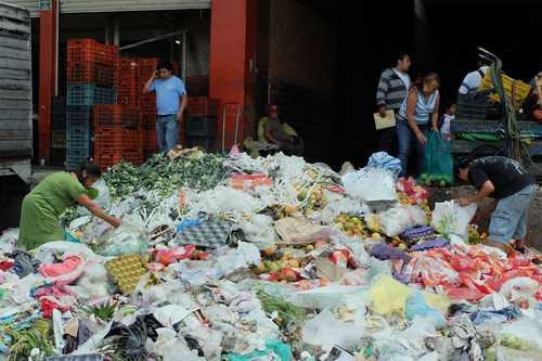 Otras notas de Economía BM: el desperdicio de comida cuesta a México 25 mil mdd Acereros pagarán 200 millones de dólares extra por el arancel de Canadá Los mercados bursátiles frenan sus pérdidas; el dólar se vende en $18.91 Con banda ancha este año, 39