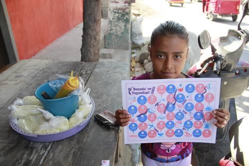 Amigos del IAGO y el CFMAB reparten juegos de Serpientes y Escaleras en zapoteco