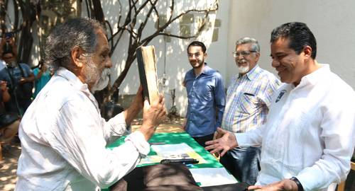 Francisco Toledo intercede en donación de libro fundacional de la Universidad Autónoma Benito Juárez de Oaxaca