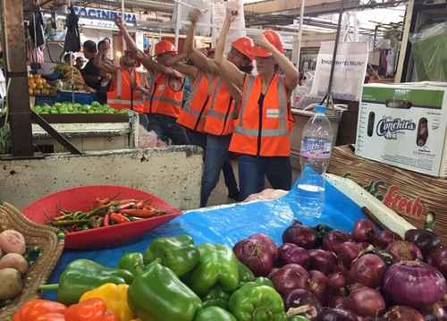 Bailarines toman los pasillos de los mercados de la CDMX