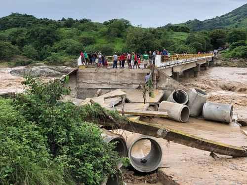 Destruye Narda parte de un puente que comunica a Guerrero y Oaxaca