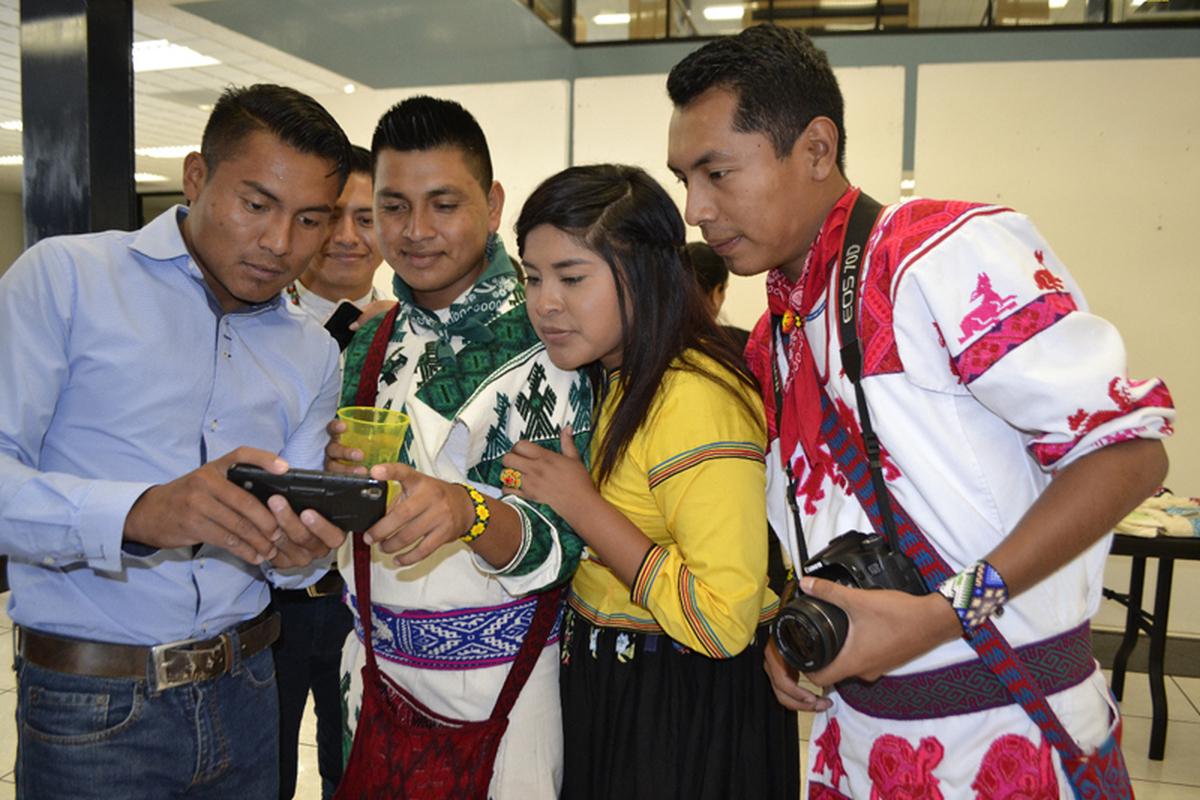 Jóvenes wixáritari: retos en la conservación de su cultura - La Jornada del  Campo