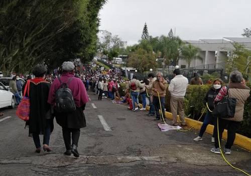 Cientos de maestros no respetaron las medidas de prevención para evitar la propagación de Covid-19, al acudir ayer al informe del titular de la Secretaría de Educación de Veracruz, Zenyazen Escobar García, en el palacio legislativo.