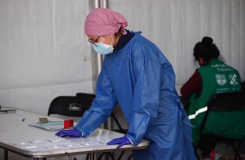 Una médica organiza resultados de pruebas rápidas de Covid-19, ayer en el macrokiosco de Salud, en la Casa de Cultura Jaime Sabines, alcaldía Álvaro Obregón.