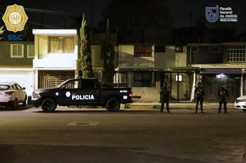 Efectivos de la policía capitalina y de la fiscalía, en uno de los cuatro cateos efectuados para detener al indiciado.