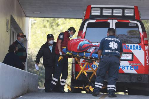 Paramédicos ingresan a un paciente al área de urgencias del hospital Venados del IMSS en medio de la emergencia por Covid-19.