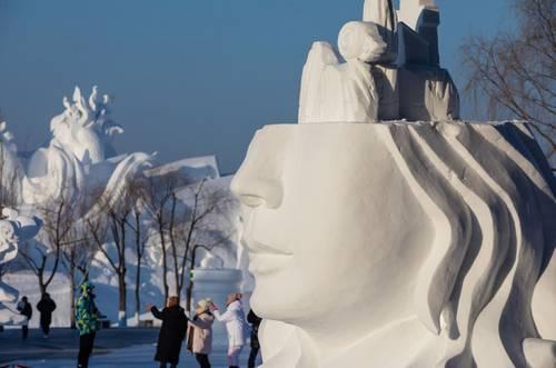 El clima frío de Harbin, provincia de Heilongjiang, en el noreste de China, es propicio para que cientos de escultores en hielo muestren su trabajo en la 33 Exposición Internacional de Escultura de Nieve, en el Parque Isla del Sol. La exhibición abrirá los domingos al público y se mantendrá abierta hasta febrero de 2021. Los turistas podrán apreciar 50 grupos de esculturas para cuya creación se requieren más de 90 mil metros cúbicos de nieve. En la imagen, una de las esculturas que integran la muestra.