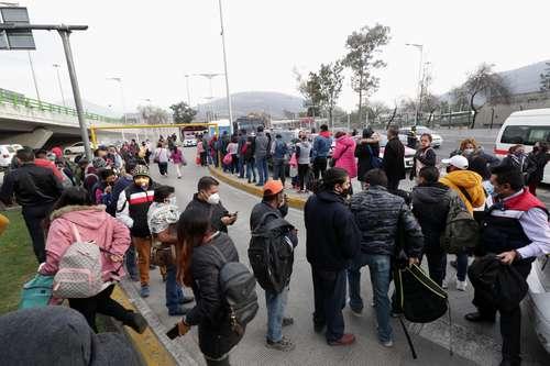 Largas filas para abordar autobuses y camionetas en la estación Indios Verdes del Metro.