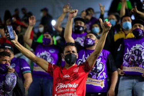 En el estadio Kraken no hubo la distancia idónea entre los aficionados que poblaron las gradas durante el partido de la fecha uno, donde Mazatlán venció 3-2 a los Rayos.