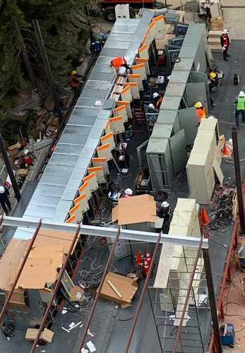 Decenas de personas trabajan todo el día en la instalación del puesto emergente de control.