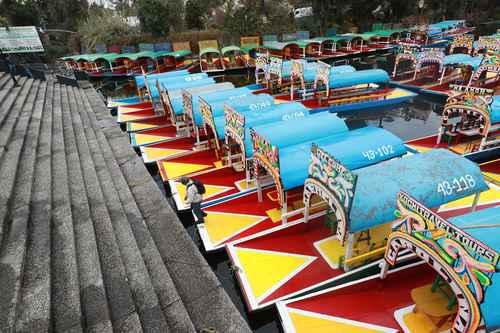 VENDRÁN MEJORES VIENTOS. Decenas de trajineras siguen varadas en Xochimilco ante el cierre de embarcaderos, lo cual ha afectado a miles de personas que viven del turismo.