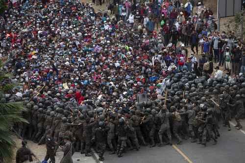 El ejército guatemalteco contuvo ayer el paso de decenas de miles de migrantes en el cruce fronterizo con Honduras de Vado Hondo.