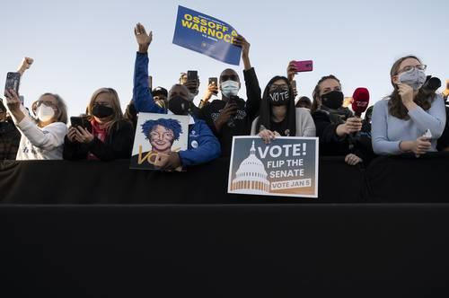 Un día antes del asalto al Capitolio, los demócratas ganaron los dos escaños del Senado federal por Georgia, antes bastión republicano, y recuperaron el control de la cámara alta. En la imagen, partidarios de los dos candidatos, el pasado día 4.