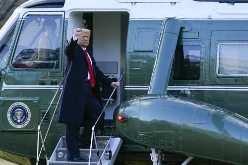 Tras una desangelada celebración antes de su adiós a la Casa Blanca, Trump fue despedido con una ceremonia militar. Trump partió en helicóptero hacia la base Andrews, donde abordó, a las 8:30 de la mañana, el avión presidencial rumbo a su residencia de Mar-a-Lago, en Florida.